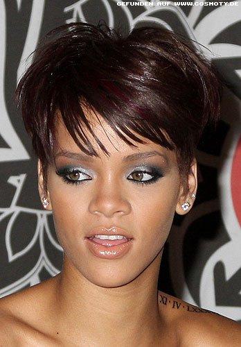 Rihanna mit längerem Deckhaar im kurzen Stufenschnitt