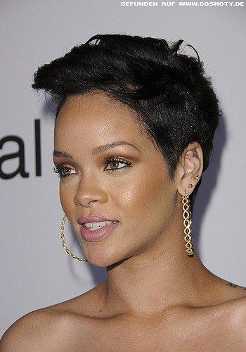 Rihanna: Überlanger Pony asymetrisch gestylt