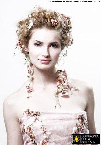 Romantische Hochsteckfrisur mit Blüten zur Hochzeit