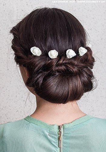 Romantischer, breiter Chignon mit weißen Stoffblüten