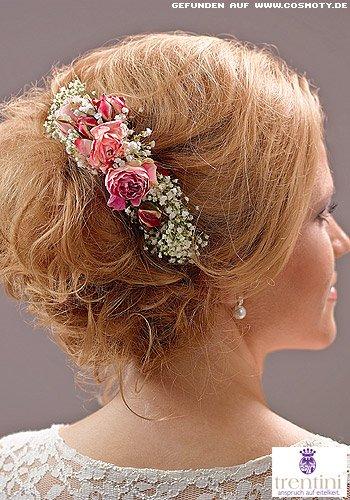 Romantischer Chignon mit seitlich gesteckten Blüten