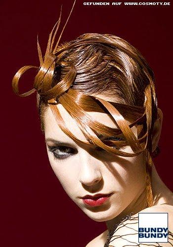 Rote Haarsträhnen tarnen den Short-Cut