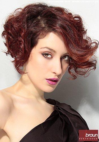 Rotes Haar in verspielter voluminöser Wellenpracht