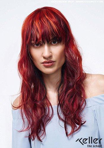 Rot gesträhntes Haar mit Beach-Wellen in den Längen