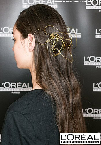 Sanfte Wellen mit grazilem Metall-Haarschmuck