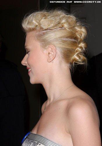 Scarlett Johansson mit in Reihe gesteckten Miniknoten