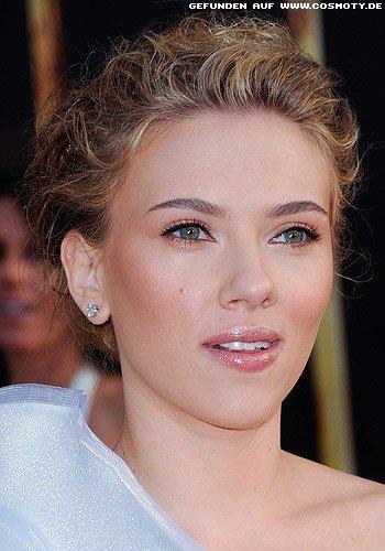 Scarlett Johansson mit sommerlich hochgesteckten Locken