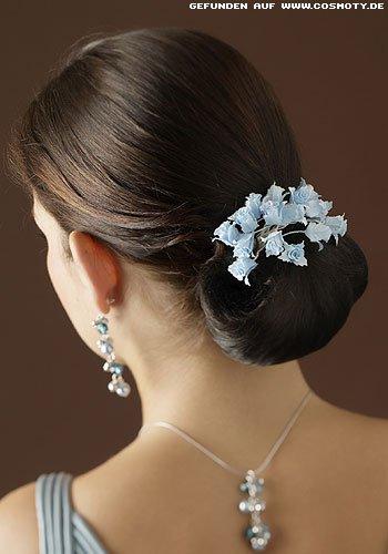Schlichter Nackenknoten mit blauen Blüten geschmückt