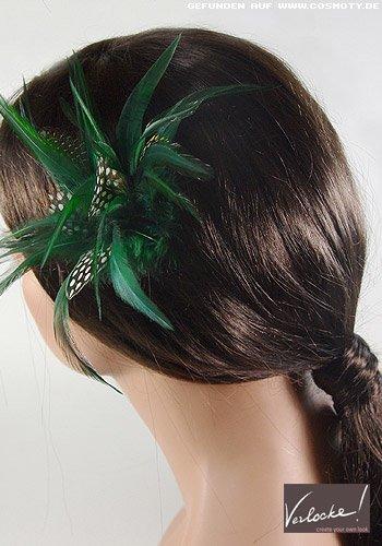 Schlichter Nackenzopf mit grünem Feder-Haarschmuck