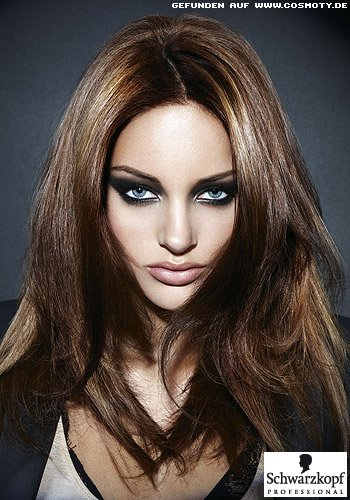 Schräger Mittelscheitel teilt brünettes Haar