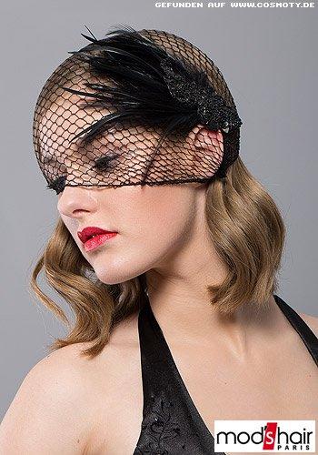 Schulterlanger Wellenbob mit extravagantem schwarzen Haarnetz überzogen