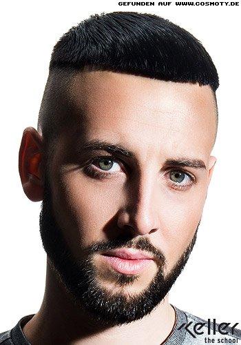Sehr kurz geschnittenes Haar mit rasierten Seiten