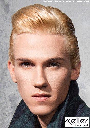 Seitlich geformte Tolle mit hellem Haaransatz im Nass-Look