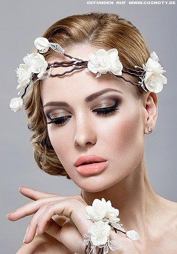 Seitlich gesteckter Chignon mit Blüten-Haarband
