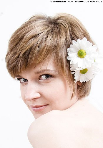 Short-Cut mit Blütenschmuck