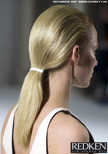 Simpler Pferdeschwanz mit Haarspange