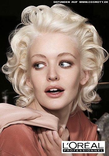 Sinnliche Fülle in blonden Glamour-Locken