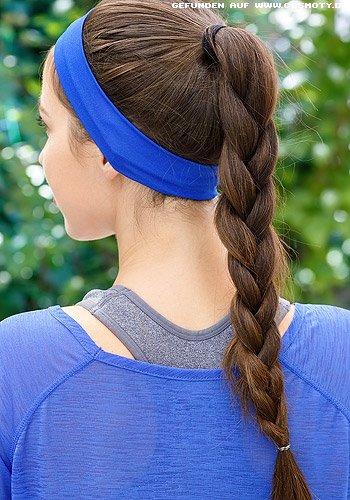 Sportlicher Flechtzopf zum blauen Haarband