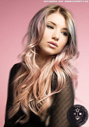 Stark gestuftes Haar in sanften Wellen in Pastelltönen coloriert