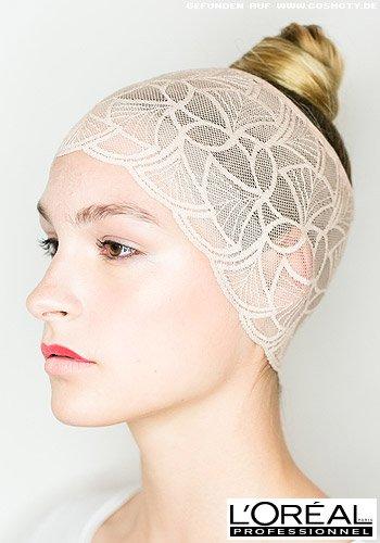 Strenger Ballerina-Knoten mit breitem Spitzen-Haarband