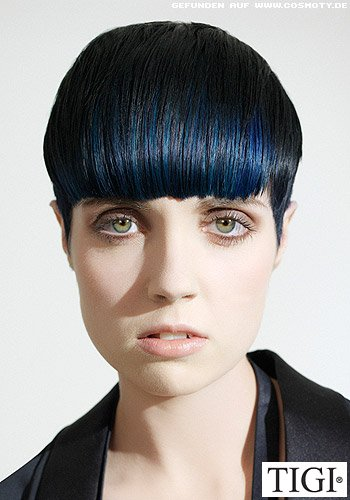 Strenger Kurzhaarschnitt mit blauen Strähnen
