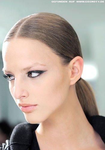 Frisuren Bilder Strenger Zopf Zum Geraden Mittelscheitel Frisuren