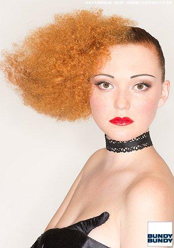 Streng gegeltes Haar zum Afro-Locken-Tuff