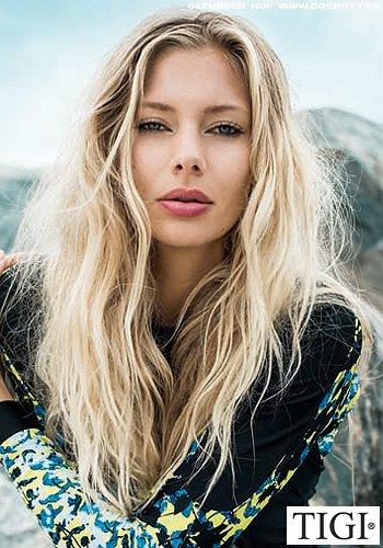 Strukturierte Beachwaves in sommerblondem Haar