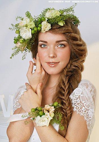 Süßer seitlicher Flechtzopf aus gekrepptem Haar mit großem Blütenschmuck