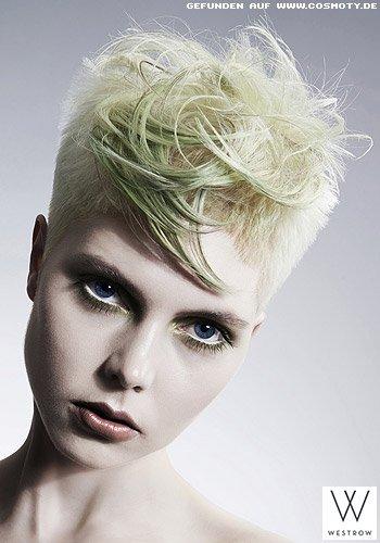 Superkurzer Haarschnitt mit grünen, längeren Strähnen im Deckhaar
