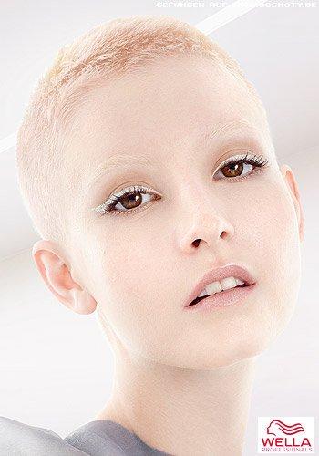 Superkurzer Pixie in Blond von Pastellfarben durchwirkt