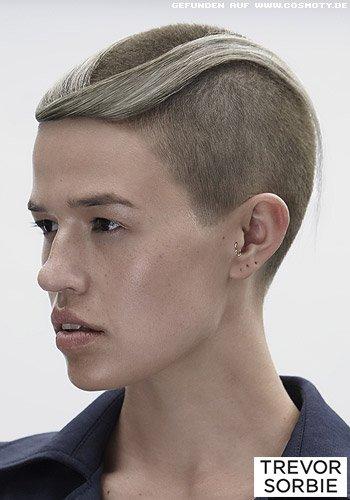 Superkurz rasiertes Haar mit überlanger drapierter Ponysträhne