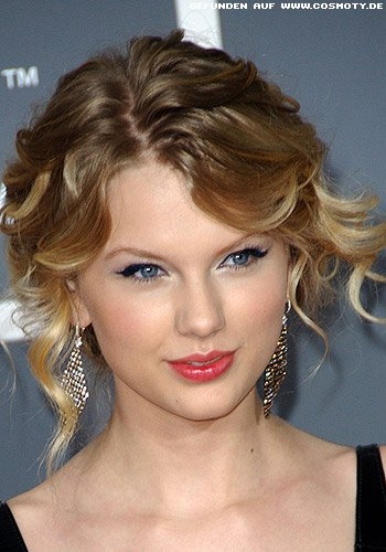 Frisuren Bilder Taylor Swift Mit Romantisch Gesteckten Locken