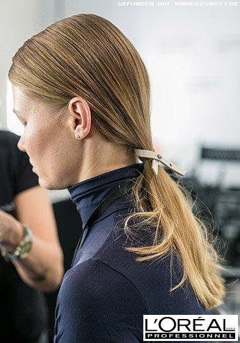 Tief gebundener Zopf im Sleek-Look mit Lederband