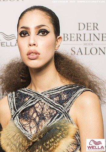 Tief gebundener Zopf zu dichtem Haar im Afro-Look