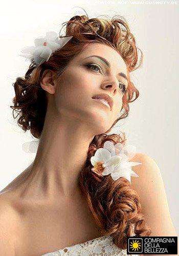 Üppiger Locken-Zopf mit weißen Blüten