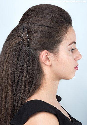 Üppige Tolle mit seitlich eng gesteckten, gekreppten Haaren