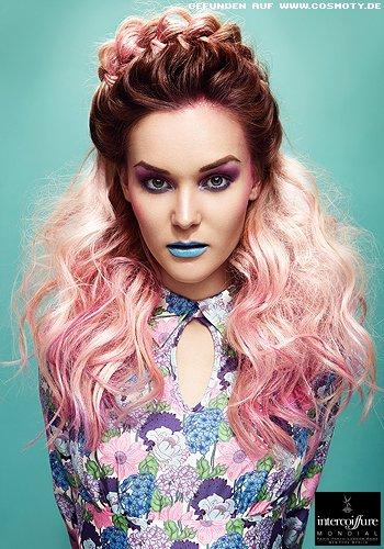 Üppige Wellen in rosa zum quer geflochtenen Haarkranz