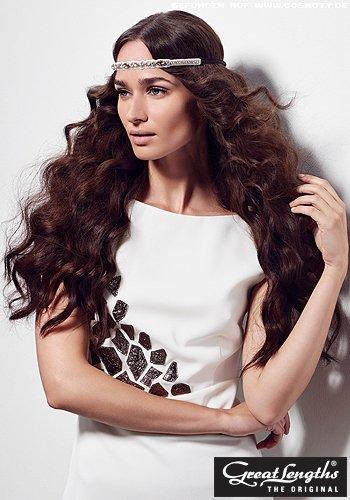 Üppige Wellen mit glitzerndem Haarband gebändigt