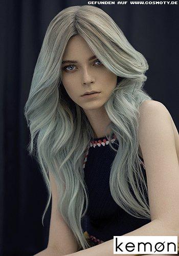 Üppig wallendes Haar in kühlem Blau-Grau-Farbton