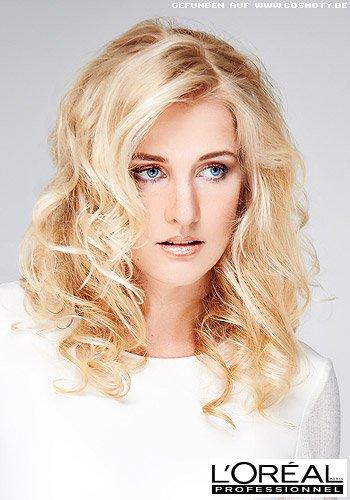 Verschieden große Wellen in strahlendem Blond