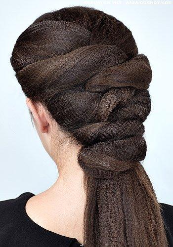 Verschlungen gesteckter Zopf mit gekreppter Haarstruktur