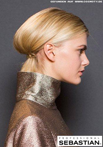 Versteckter Zopf mit goldener Haarspange gebunden
