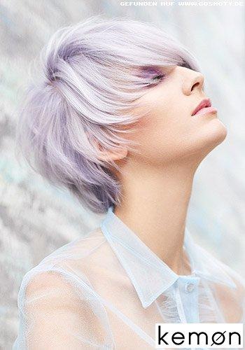 Violett gefärbtes kurzes Haar mit schönem Volumen