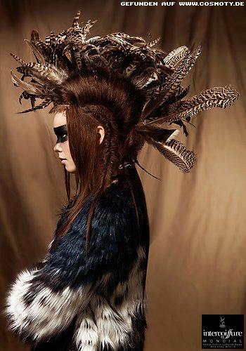 Wilder Irokesen-Look mit geflochtenen Zöpfen und Federn