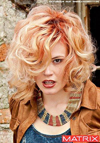 Wilder Lockenbob mit rotem Ansatz zu blonden Längen