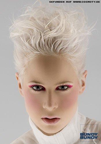 Wildes Styling für weiß-blonden Pixie-Cut