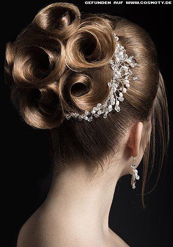 Zu Rosetten hochgestecktes Haar mit filigranem Schmuck