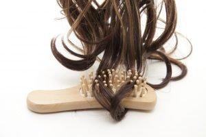 Haare mit Bürste