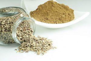 Kumin als Pulver und ganzer Samen